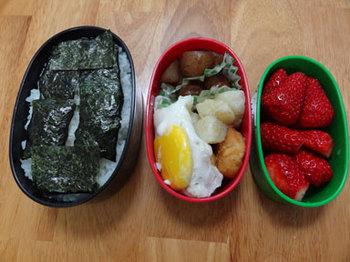 目玉焼き、ポテト、こんにゃく、イチゴ